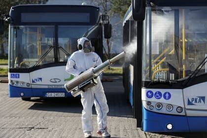 FOTO DE ARCHIVO: Un trabajador con equipo de protección desinfecta un autobús público durante el brote de la enfermedad coronavirus (COVID-19) en Gdynia, Polonia, el 5 de abril de 2020. REUTERS/Matej Leskovsek