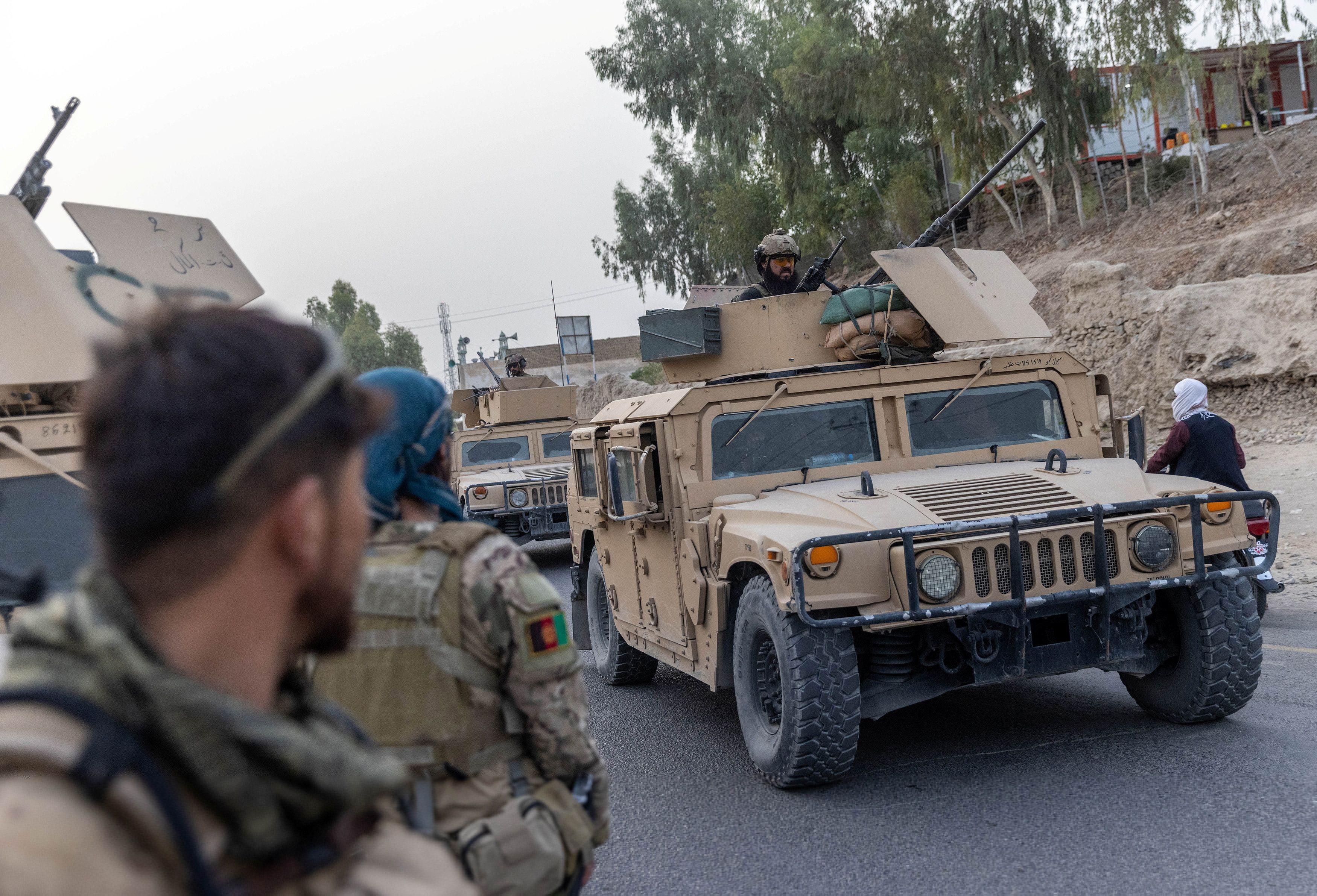 Un convoy de las fuerzas especiales afganas es visto durante la misión de rescate de un oficial de policía asediado en un puesto de control rodeado por los talibanes, en la provincia de Kandahar, Afganistán, 13 de julio de 2021.