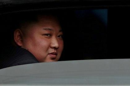 El dictador de Corea del Norte, Kim Jong-un, sentado en su vehículo después de llegar a una estación de ferrocarril en Dong Dang, en Vietnam el 26 de febrero de 2019 (Reuters)