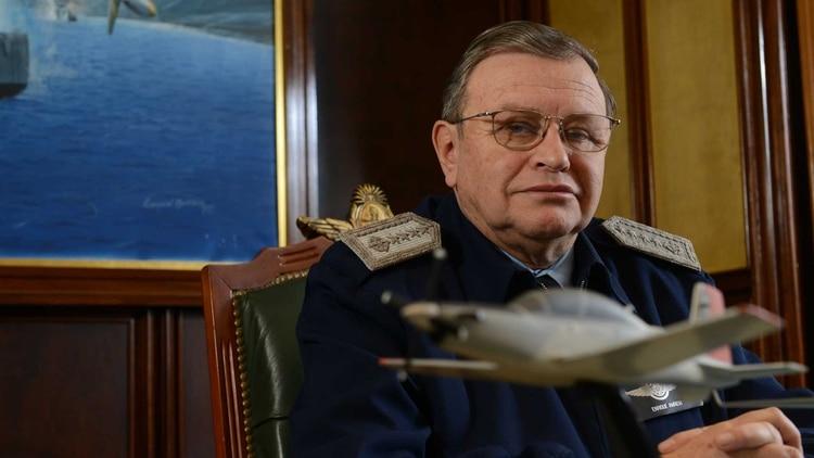 El brigadier general VGM Enrique Amrein en su despacho del Edificio Cóndor, sede de la Fuerza Aérea Argentina. Foto: Fernando Calzada.