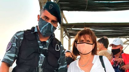 Patricia Bullrich with one of the policemen who came to greet her (@tomaassantos)