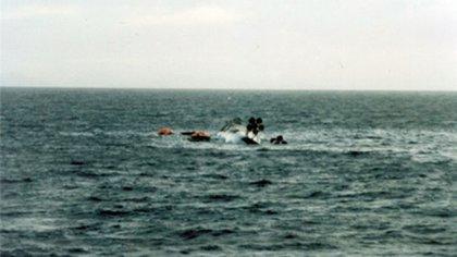Tras la vuelta de campana, sus dos hélices asoman en el mar. El lugar del hundimiento fue resguardado por los ingleses como tumba de guerra.