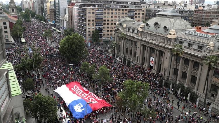 La manifestación del viernes reunió a medio millón de personas, de acuerdo con información de los carabineros (AP)