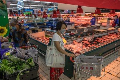A woman shops in a supermarket in Beijing.  EFE / EPA / ROMAN PILIPEY / Archive