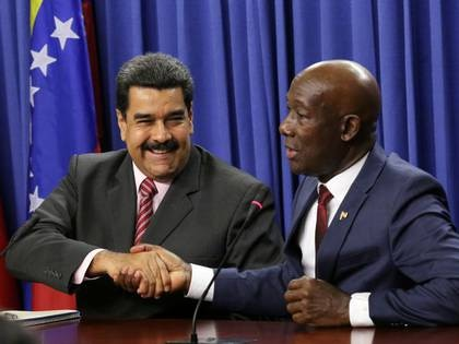 El dictador venezolano, Nicolás Maduro, estrecha la mano del primer ministro de Trinidad y Tobago, Keith Rowley, durante una reunión en Puerto España, el 23 de mayo de 2016 (REUTERS/Andrea De Silva)