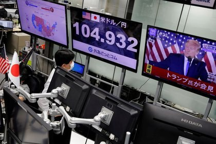 An employee of the asset firm Gaitame.com watches from Tokyo a speech by the president of the United States.  November 4, 2020. REUTERS / Kim Kyung-Hoon