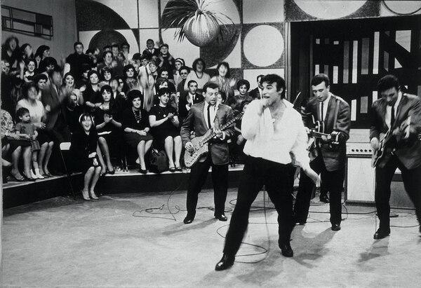 Sandro en una escena que gráfica los comienzos con Los de Fuego.