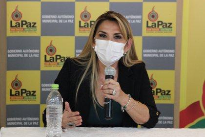 En la imagen la presidenta interina de Bolivia, Jeanine Áñez, usando mascarilla (EFE/ Luis Ángel Reglero /Archivo)