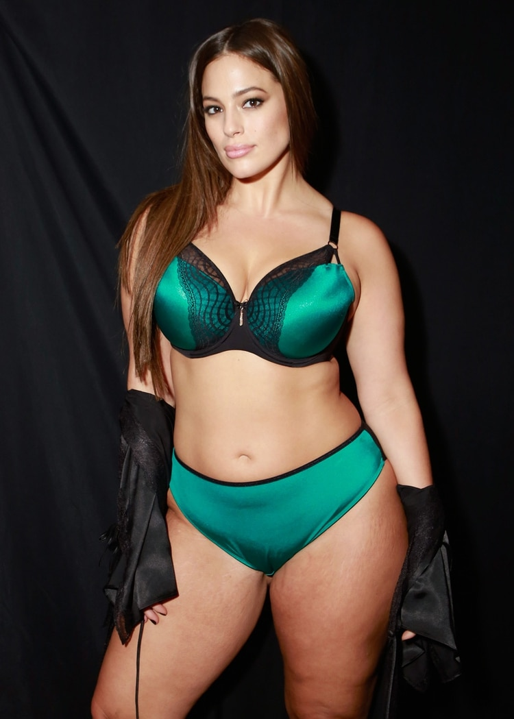 Ashley Grahman en el backstage del desfile de Addition Elle en su última presentación en el New York Fashion Week luciendo un conjunto de satén en verde esmeralda (Photo by Gonzalo Marroquin/Getty Images for Addition Elle)