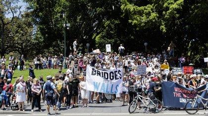 Cientos de personasen Sydney protestaron contra la intención de construir un muro en la frontera con México (Getty)