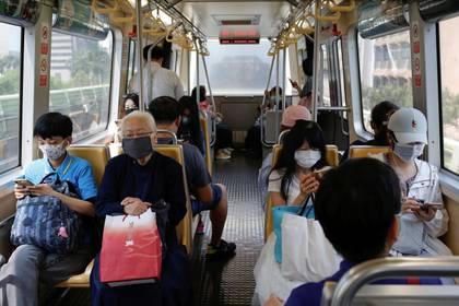 Violar la cuarentena obligatoria implica una multa de un millón de nuevos dólares taiwaneses, equivalentes a USD 33.000. (REUTERS/Ann Wang)