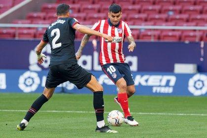Ángel Correa encara ante Esteban Burgos. El rosarino fue una de las figuras en la goleada del Atlético de Madrid (EFE/Rodrigo Jiménez).