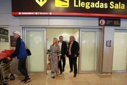 Bustillo recibiendo a Alberto Fernández en su llegada a España en 2019.