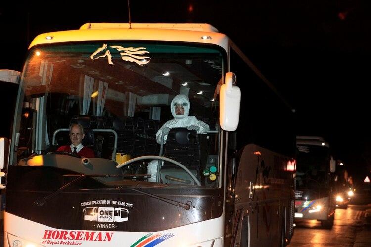 Un colectivo transporte ciudadanos británicos procedentes de la ciudad de Wuhan, Chine (Peter Byrne/Pool via REUTERS)