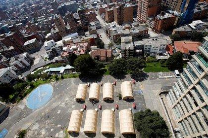 Foto del fin de semana de unas carpas en un estacionamiento del Hospital Militar en Bogotá para combatir el brote del coronavirus (Reuters)
