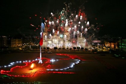 Fireworks explode over the Metropolitan Cathedral and National Palace as Mexico celebrates the 2010th anniversary of its independence from Spain at Zocalo Square, in Mexico City September 15, 2020. REUTERS/Edgard Garrido