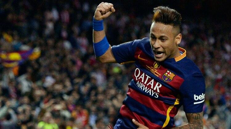 Otros tiempos: Neymar feliz con la camiseta del Barcelona (Foto: AFP)
