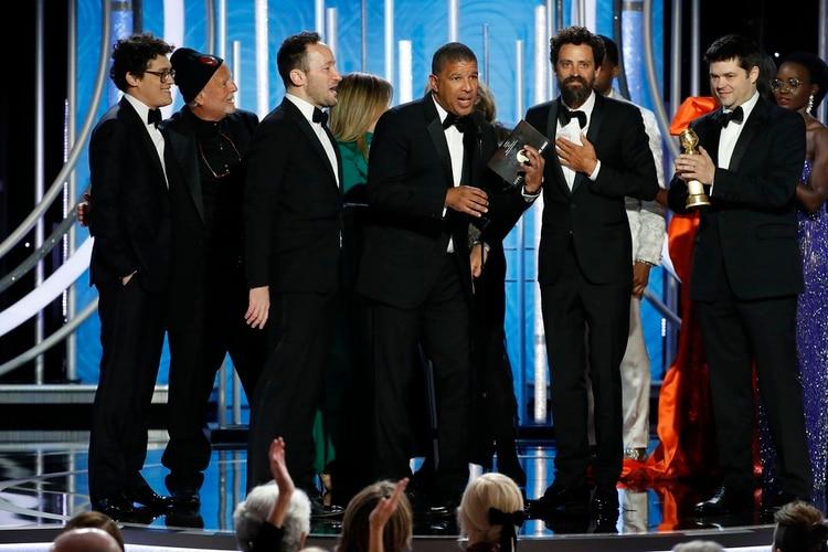 """Chris Miller, Phil Lord y equipo aceptan el premio a mejor película de animación por """"Spider-Man: Into the Spider"""" (Paul Drinkwater/NBC Universal/Handout vía REUTERS)"""