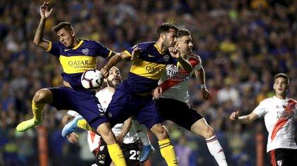 La jugada que generó la furia de Daniel Mollo: la pelota rebotó en la mano de Mas antes de que Salvio convirtiera el gol de Boca que luego fue anulado por el árbitro (AFP)