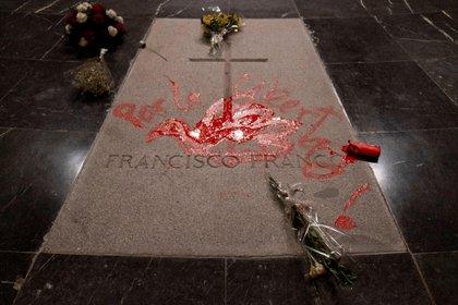 La tumba del dictador Francisco Franco en el Valle de los capidos sufrió durante los años la actos de vandalización de diversos manifestantes (EFE)