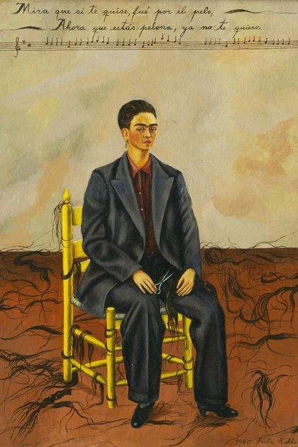 """En 1940 realiza """"Autorretrato con pelo cortado"""", donde se representa con un amplio trajo masculino tras cortarse el cabello, que aparece desperdigado por el piso. La obra representa su nueva independencia tras separarse de Diego Rivera"""