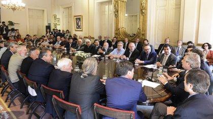 Alberto Fernández con sindicalistas de varios sectores, el 27 de diciembre pasado