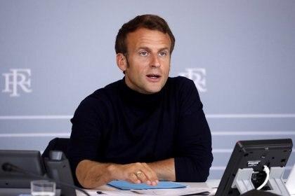 El Presidente francés Emmanuel Macron asiste a una videoconferencia con las autoridades locales de los territorios de La Reunión, Mayotte y San Pedro y Miquelón en el Palacio del Elíseo en París, el 30 de abril de 2020. (Yoan Valat/Pool vía REUTERS)