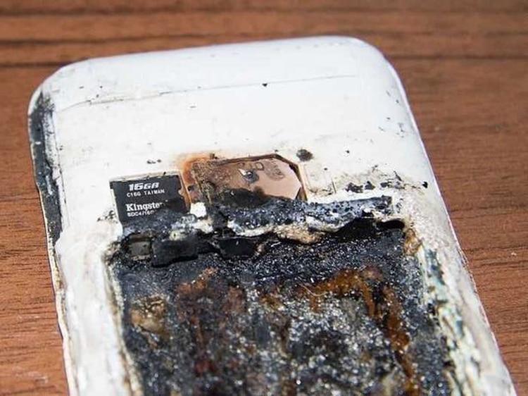 El celular de Alua Asetkyzy Abzalbek explotó mientras escuchaba música en la cama.