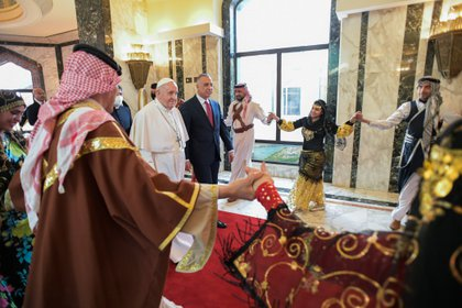 El Primer Ministro iraquí Mustafa Al-Kadhimi camina con el Papa Francisco a su llegada al Aeropuerto Internacional de Bagdad (Reuters)