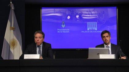 El ministro Dujovne, junto al secretario de Hacienda, Rodrigo Pena (Matias Baglietto)