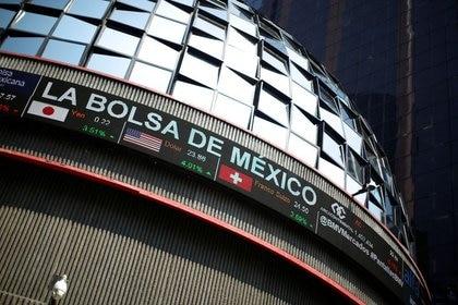 Imagen de archivo del edificio de la Bolsa Mexicana de Valores en la Ciudad de México.  18 de marzo de 2020. REUTERS / Gustavo Graf