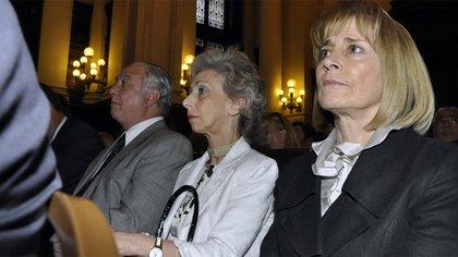 En primer plano, la presidenta de Casacion Angela Ledesma junto a Liliana Catucci y Eduardo Riggi (foto Adrián Escandar)
