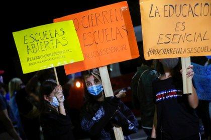 Manifestantes exigen la reapertura de las escuelas para el dictado de clases presenciales (Reuters)