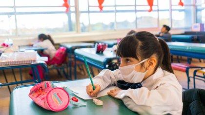 Desde los 6 años, todos los alumnos deberán usar tapabocas. Qué sucede con los niños de los jardines maternales y nivel inicial (AP)