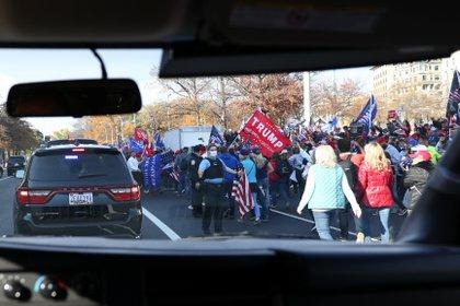 Imagen de la marcha tomada desde la caravana presidencial