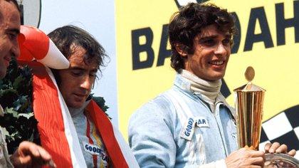 A la derecha de la imagen con un trofeo en mano junto a su gran amigo y maestro, Sir Jackie Stewart (Prensa Fórmula 1).