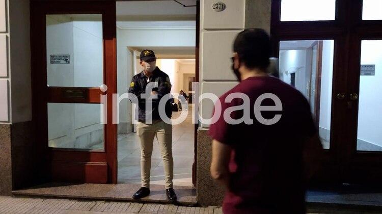 Efectivos de la Policía Federal en el ingreso al edificio de Beruti al 2300
