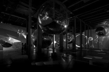 """""""On Air""""retoma uno de los temas que más trabaja el artista argentino: el aire. (Tomás Saraceno)"""