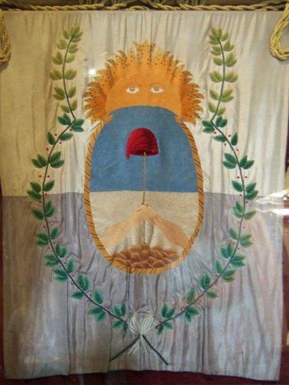 Bandera del Ejército de los Andes. Fue confeccionada por damas mendocinas a pedido de San Martín. La que se se observa es una réplica. La original está  en Mendoza.