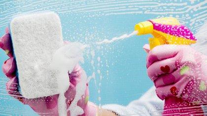 Las mujeres dedican casi 13 horas semanales a realizar tareas de limpieza del hogar, mientras que los hombres apenas superan las 8 horas por semana.
