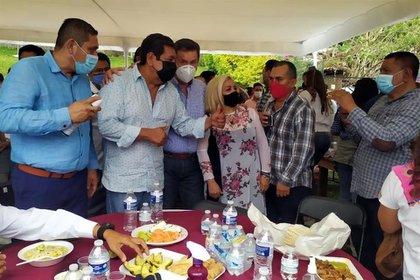 La fiesta de Salgado Macedonio fue amenizada con mariachis y un grupo regional (Foto: Twitter/@AlanAdameMX)