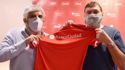 Falcioni firmó hasta fines del 2021 y se sacó una foto con el presidente Hugo Moyano (Foto: @Independiente)