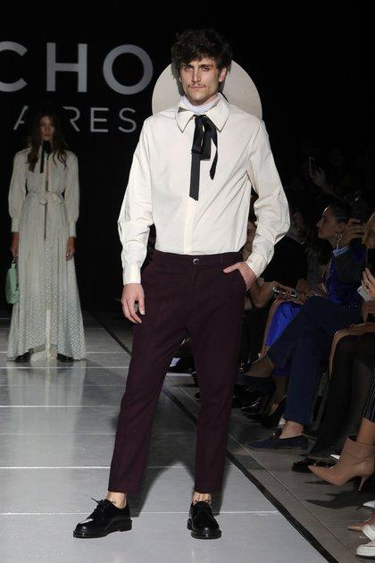 La línea masculina, tampoco perdió la impronta sastrera, los mejores pantalones esmoquin. Las camisas con detalles con moños y lazos y pantalones de colores