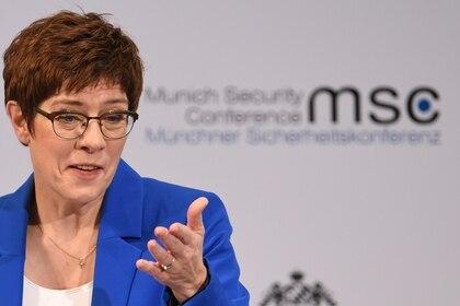 La Ministra de Defensa alemana Annegret Kramp-Karrenbauer habla en la Conferencia Anual de Seguridad de Munich, en Alemania, el 15 de febrero de 2020 (REUTERS/Andreas Gebert)