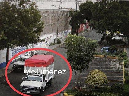 La camioneta Ford placas LD17476 fue usada por los ladrones para transportar los medicamentos (Foto: Twitter/@c4jimenez)