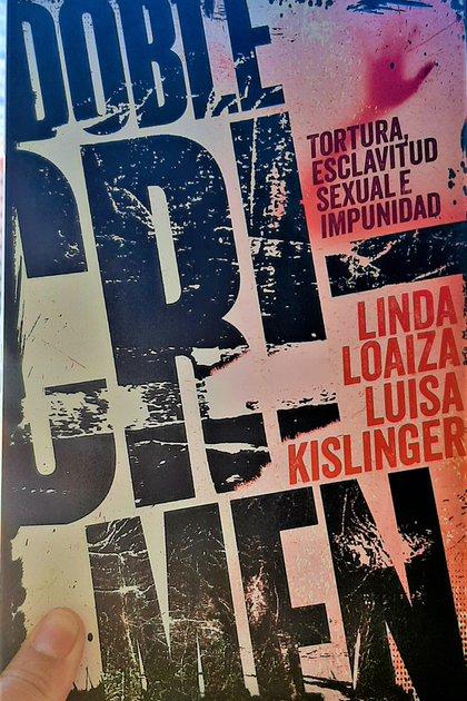 En el libro Doble Crimen narra la tortura y esclavitud sexual que sufrió, así como la impunidad de su caso