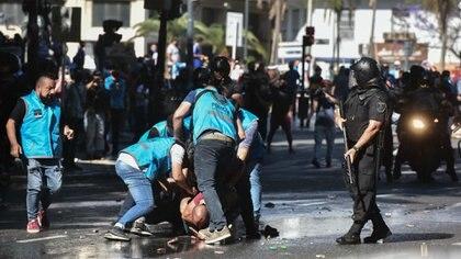 La Policía de la Ciudad detiene a uno de los manifestantes durante el velatorio de Diego Maradona (Adrián Escandar)