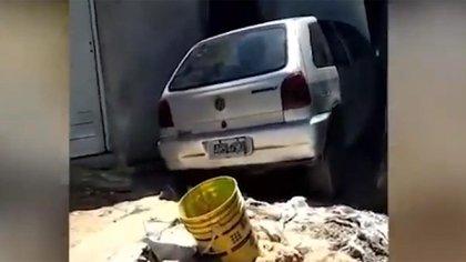 El auto quedó metido dentro del comedor de la casa