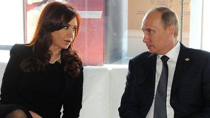 La ex presidenta Cristina Kirchner junto al actual mandatario ruso, Vladimir Putin (Télam)
