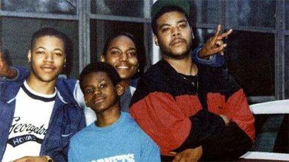 """LeBron, junto a sus """"hermanos de camiseta"""": Sian Cotton, Dry Joyce III y Willie McGee"""